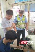 民警将考生护送到卫生室处理伤口。